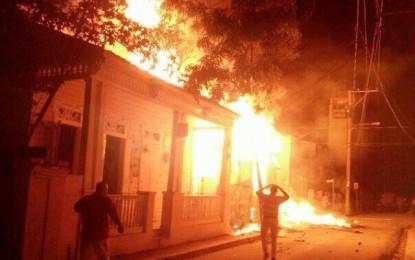 Bomberos POP llegan a lugar incendio a mirar, camión cisterna no tenia agua.