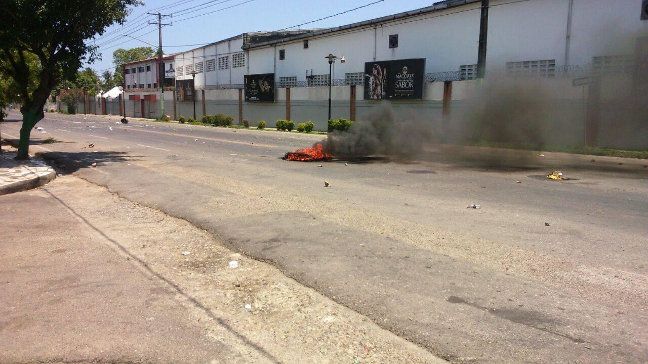 VIOLENTA PROTESTA EN LOS CALLEJONES POR MUERTE JOVEN BALEADO POR AGENTES PN.