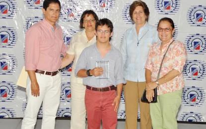 RENOVACIÓN RECONOCE OBRAS LITERARIAS DE GUILLERMO FINKE.
