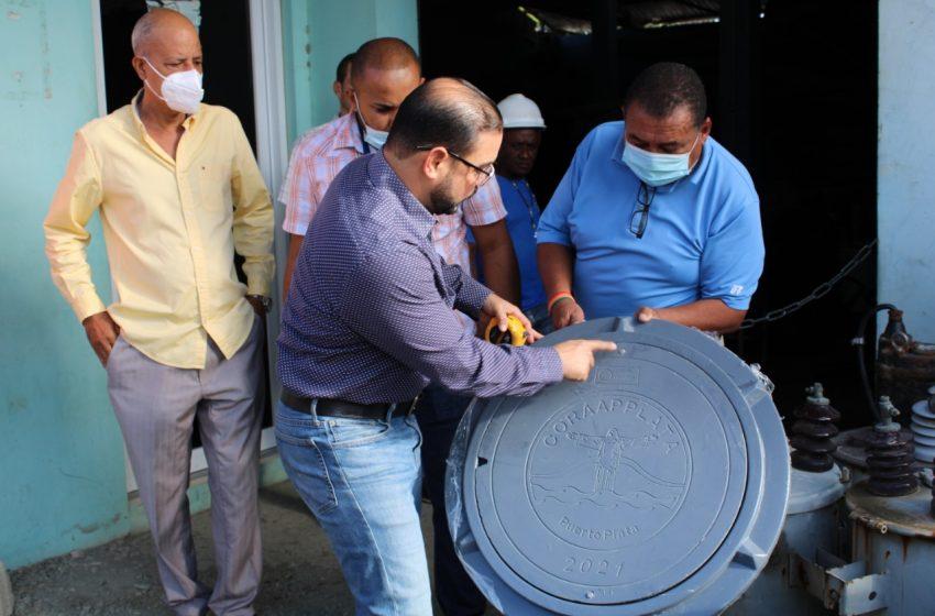 CORAAPPLATA COLOCA TAPAS DE POLÍMERO DE ALTA DENSIDAD EN REGISTROS SANITARIOS.