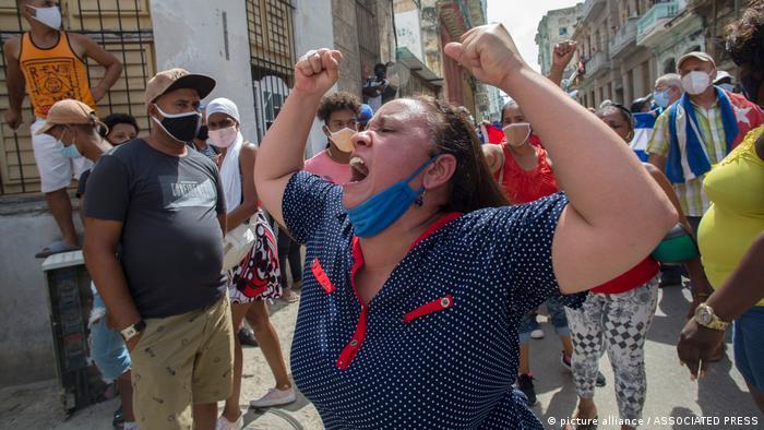 """CIENTOS DE CUBANOS SALEN A LAS CALLES DE LA HABANA RECLAMAR """"LIBERTAD"""" EN LA ISLA."""